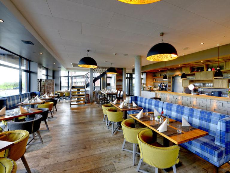 Hotelrestaurant Sandbank auf Krautsand mit Blick auf die Elbe