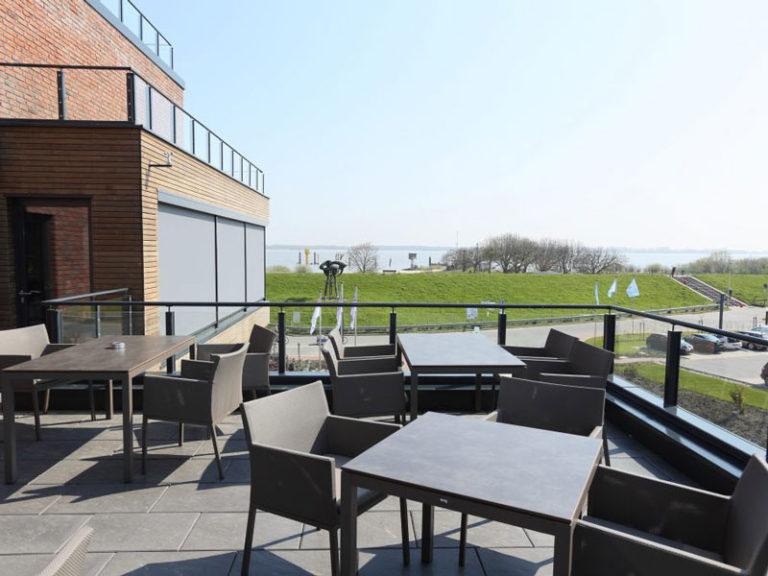 Restaurant Sandbank im Elbstrand Resort - Dachterrasse mit Blick auf die Elbe