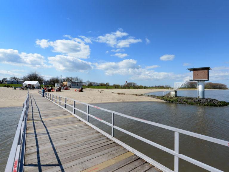 Steg an der Elbe - Schiffsanleger