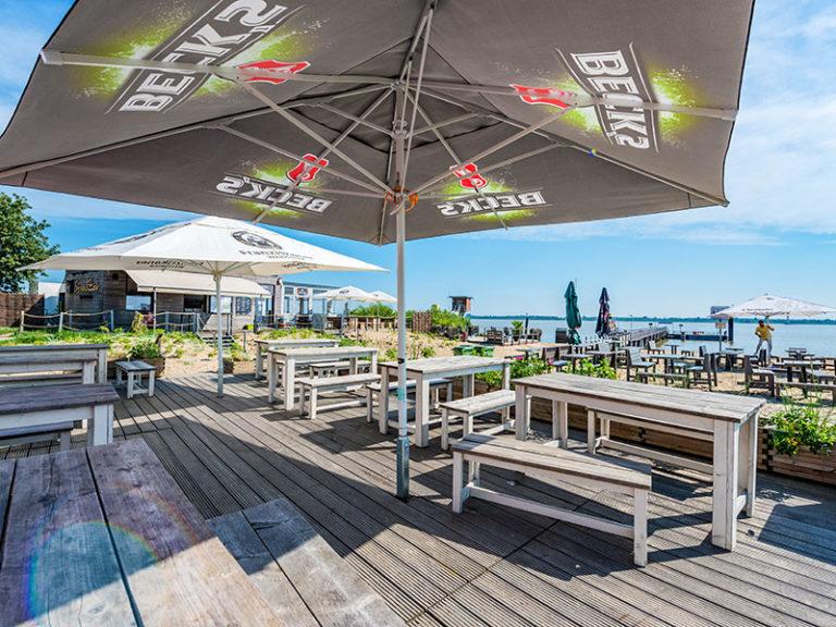 impression-strandzeit-terrasse-sonnenschirm